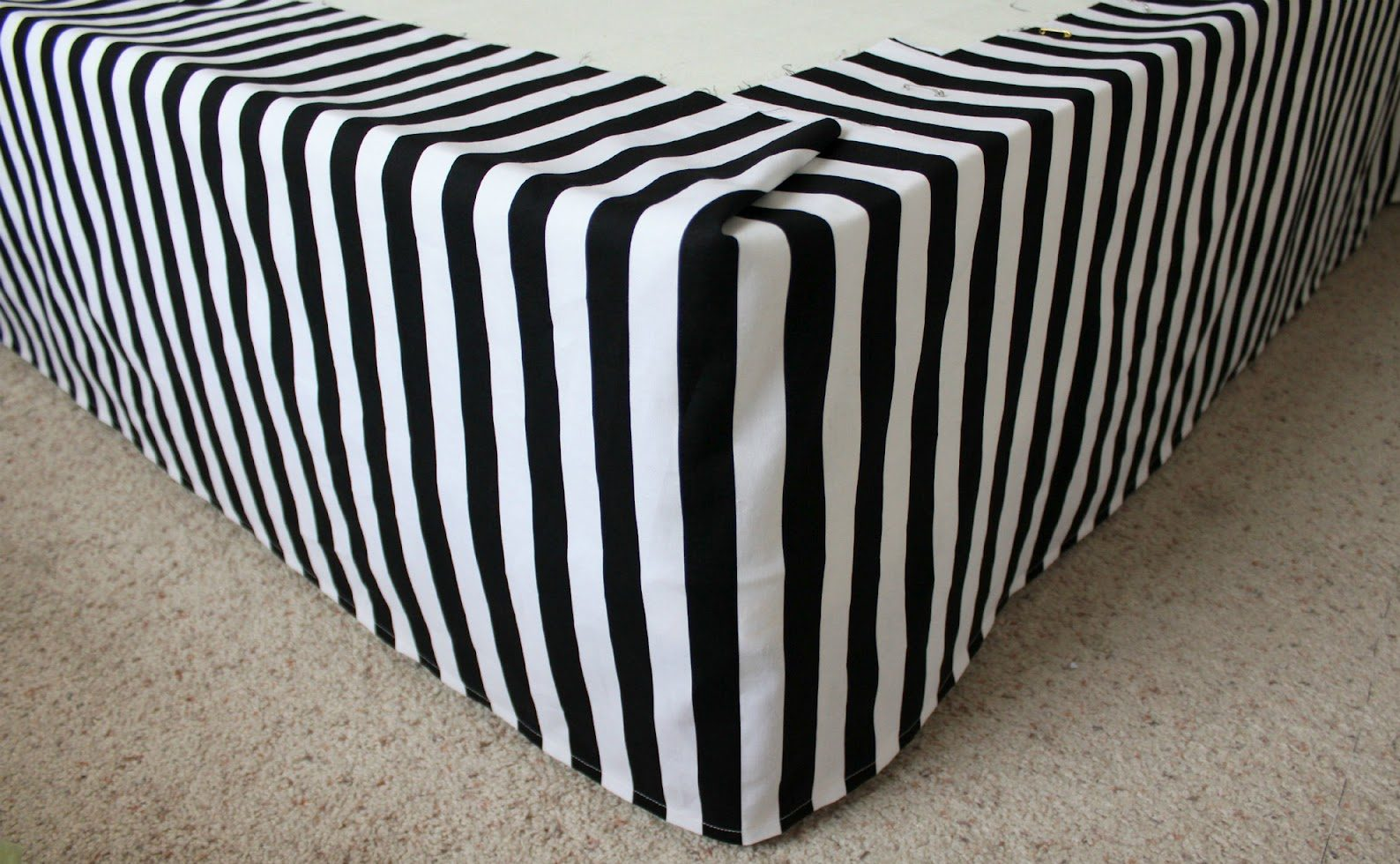 Tutorial: easy DIY bed skirt