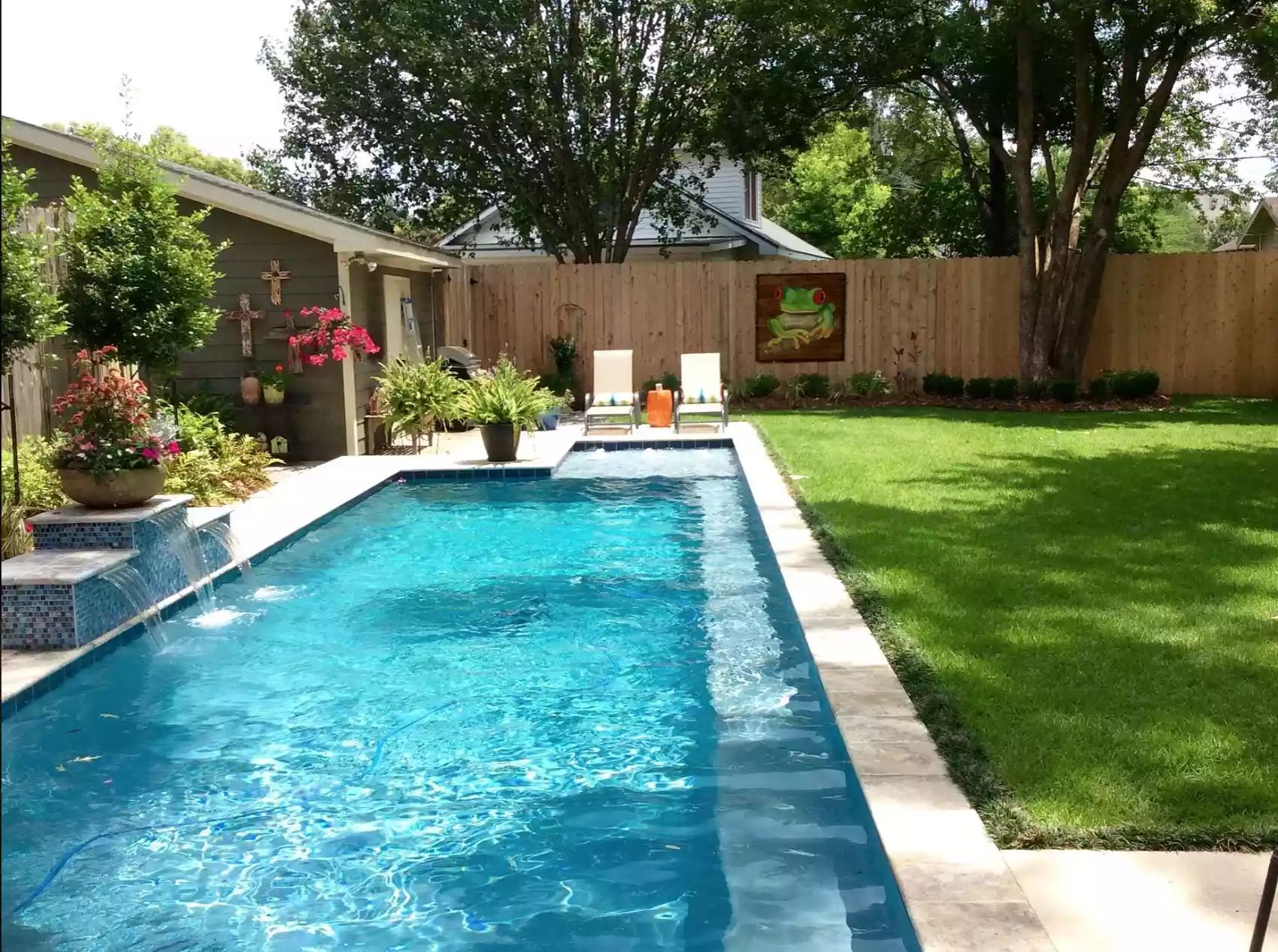 Maximizing Space -   Beautiful Low Maintenance Front Yard Garden and Landscaping Ideas