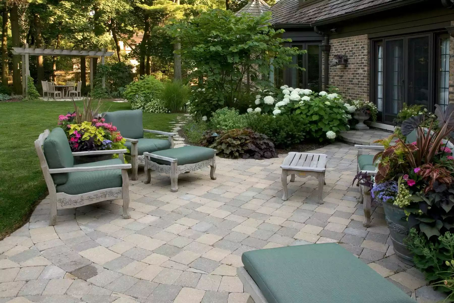 Woods' Edge Patio -   Beautiful Low Maintenance Front Yard Garden and Landscaping Ideas
