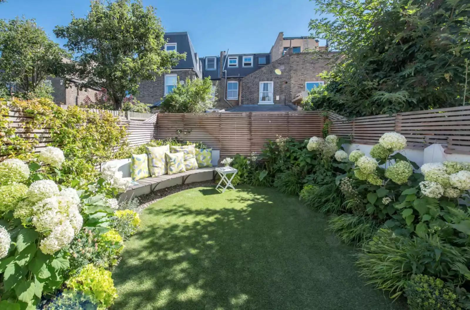 Intimate English Garden -   Beautiful Low Maintenance Front Yard Garden and Landscaping Ideas
