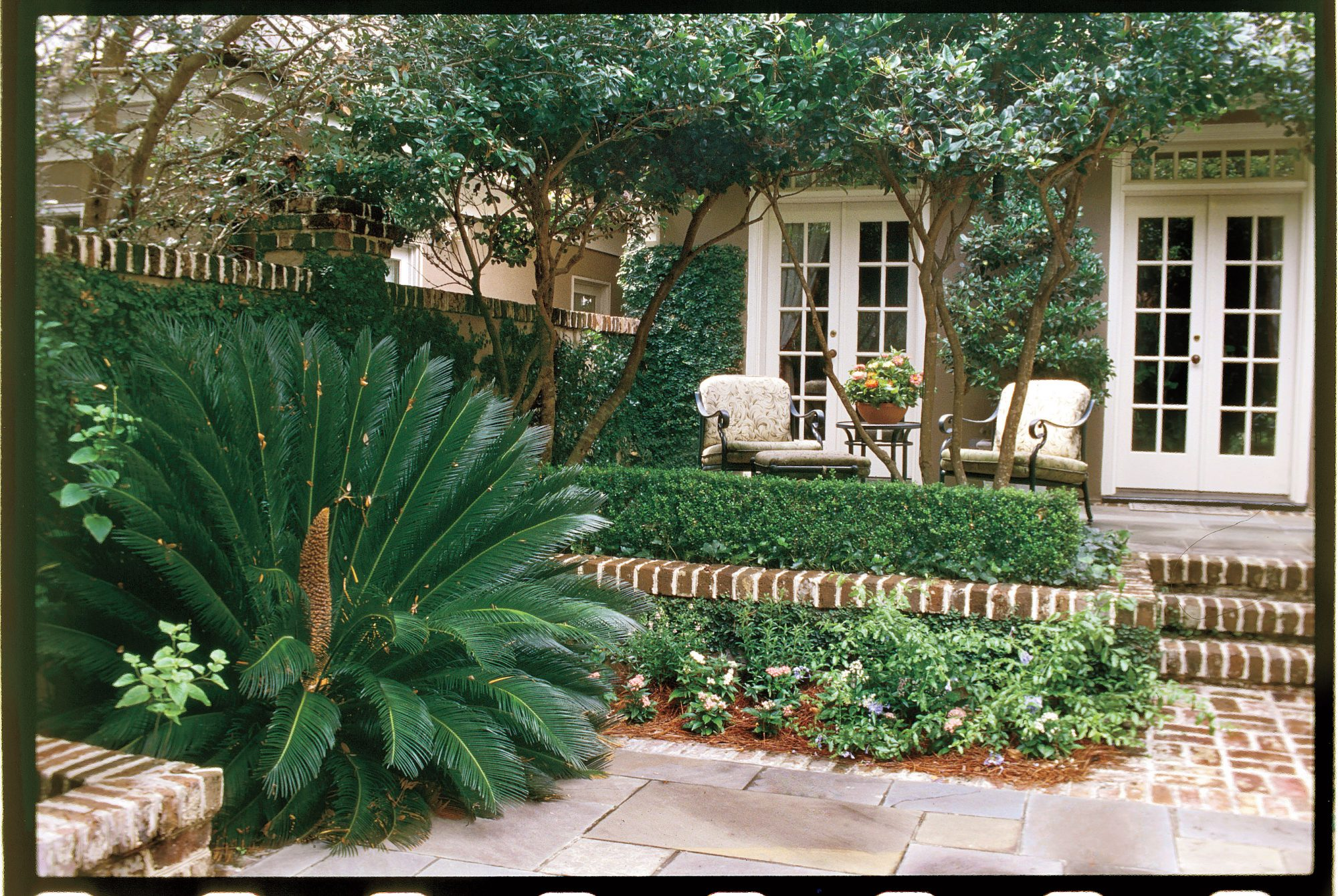 Colorfully Accented Courtyard -   19 Awesome Courtyards Ideas