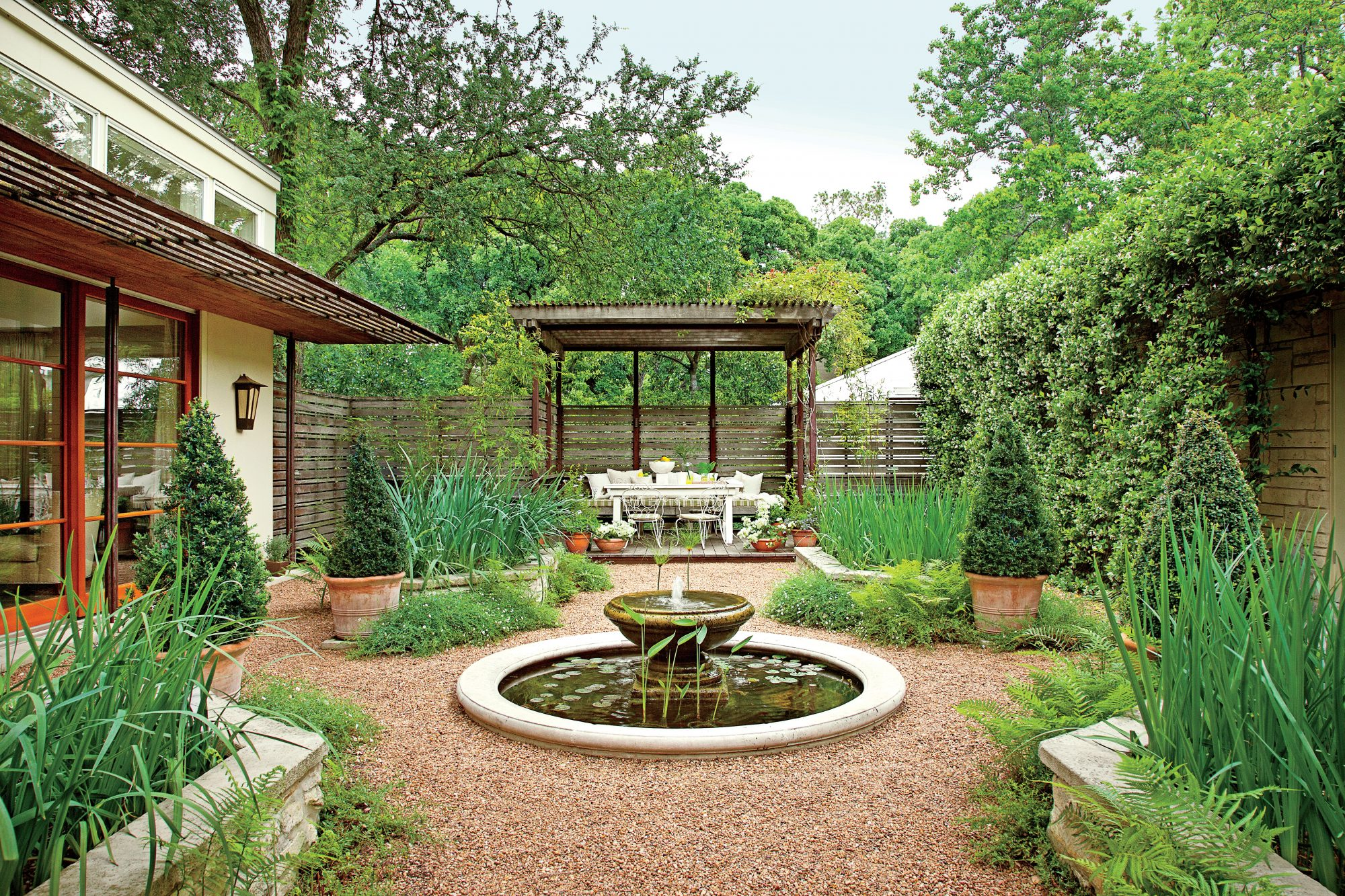 Heat-Tolerant Courtyard -   19 Awesome Courtyards Ideas
